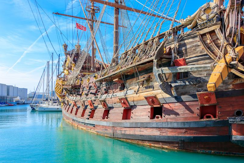 Porto velho com uma réplica de um navio de pirata histórico em Genoa imagem de stock