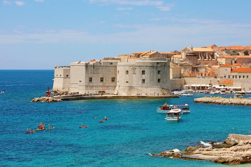 Porto velho Dubrovnik com fortificações medievais no mar de adriático, Croácia, Europa fotografia de stock royalty free