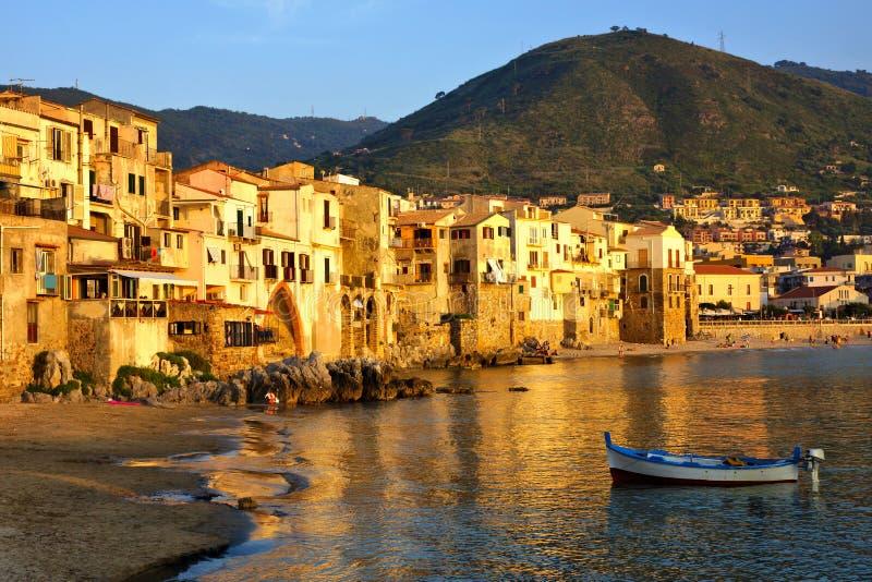 Porto velho no por do sol com barco de pesca, Cefalu, Sicília, Itália imagem de stock royalty free