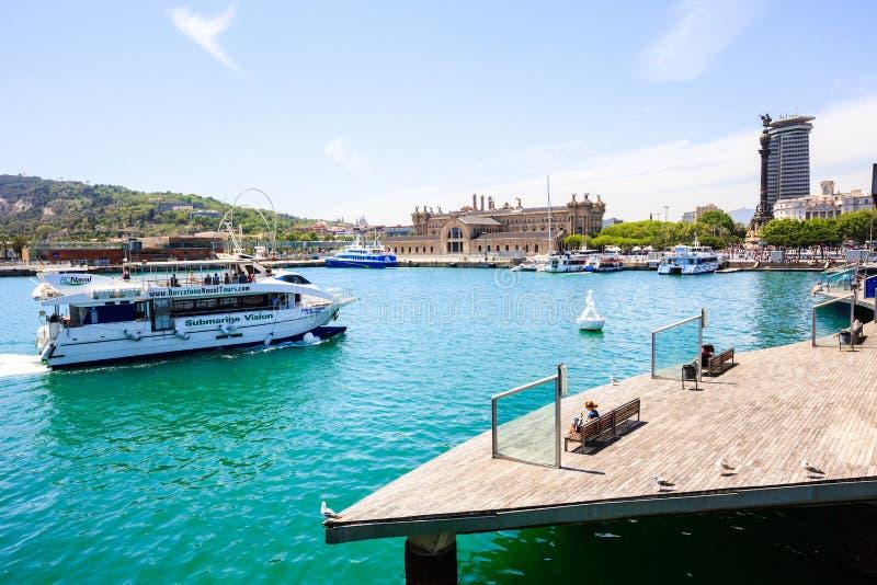 Porto Vell de Barcelona, ponte Rambla março, estátua de Columbo, barco turístico fotos de stock