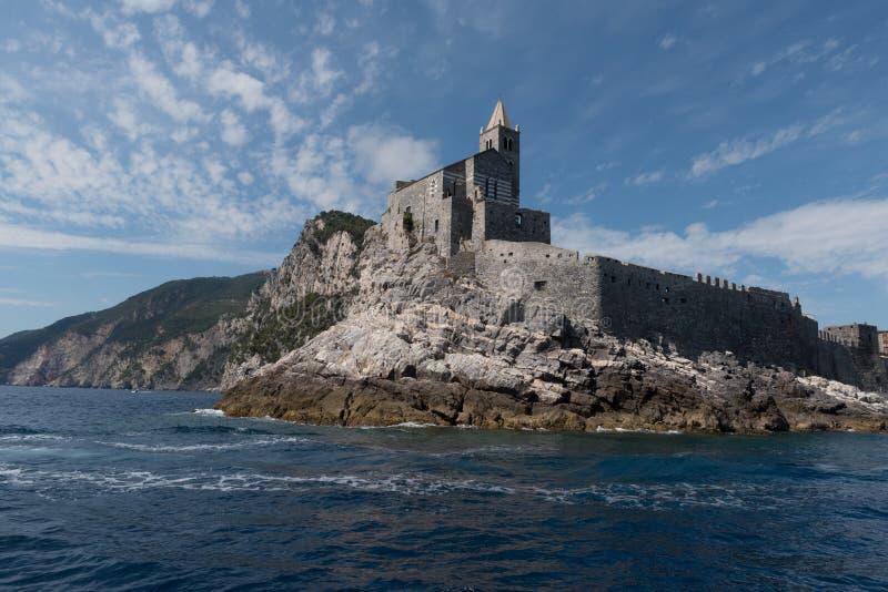 Porto Venere oude haven een mooie kerk op een voorgebergte stock foto