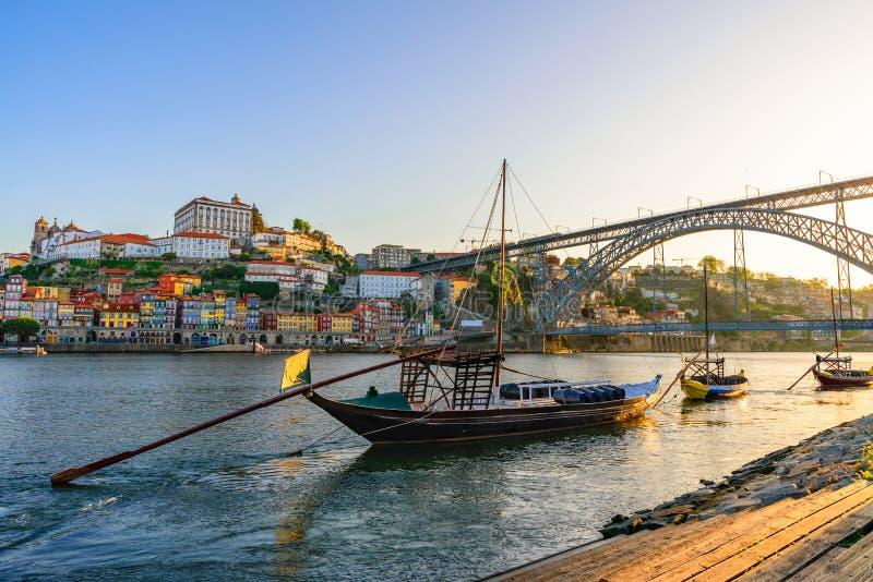 Porto, vieux paysage urbain de ville du Portugal sur la rivière de Douro avec les bateaux traditionnels de Rabelo avec les barils photos stock