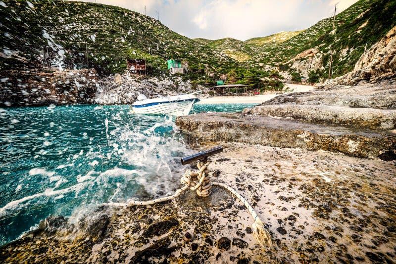 Porto Vromi het eiland van strandzakynthos, Griekenland bij zonsondergang Dramatische a royalty-vrije stock afbeelding