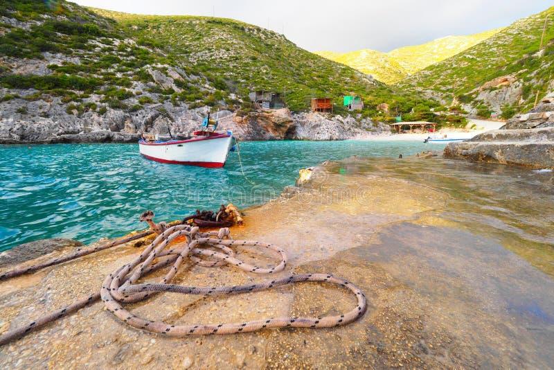 Porto Vromi het eiland van strandzakynthos, Griekenland bij zonsondergang met boot royalty-vrije stock afbeelding