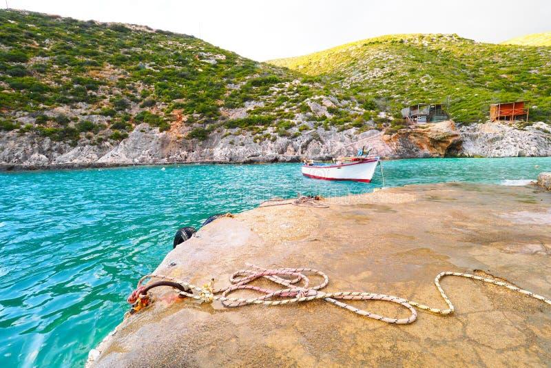 Porto Vromi het eiland van strandzakynthos, Griekenland bij zonsondergang met boot stock foto