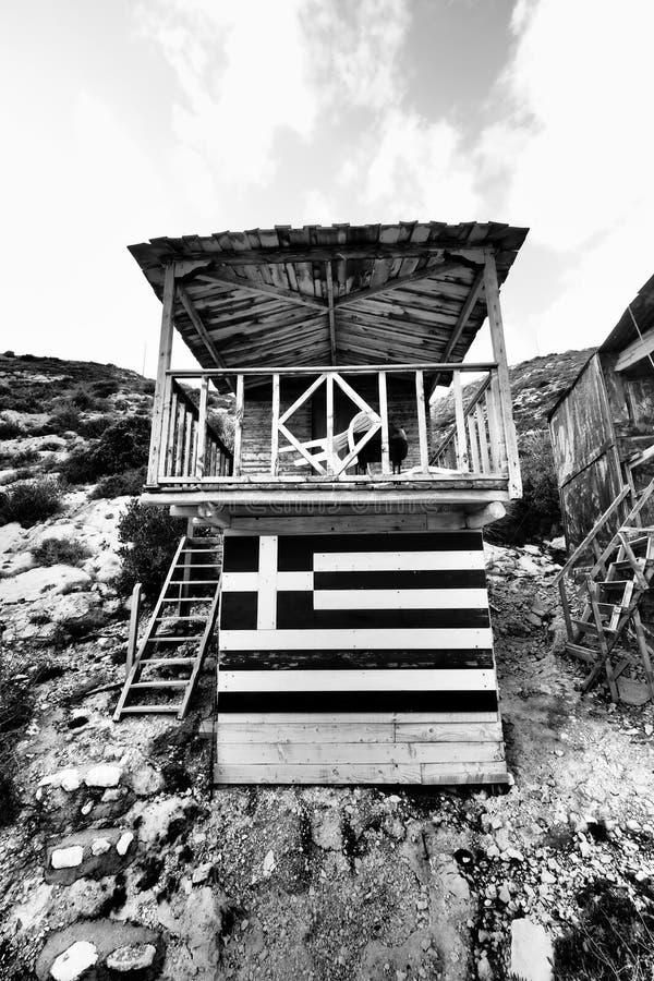 Porto Vromi toeristenschuilplaats dichtbij het strand met Griekse vlag royalty-vrije stock afbeelding