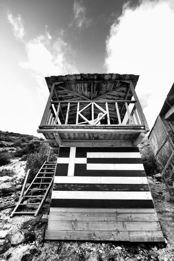 Porto Vromi toeristenschuilplaats dichtbij het strand met Griekse vlag stock fotografie