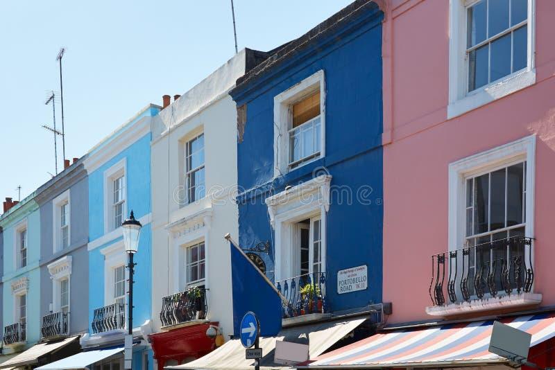 Portobello-Straße bringt bunte Fassaden in einem sonnigen Tag in London unter stockfotografie