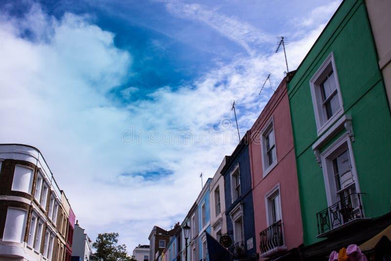 Portobello-Straße mit farbigen Häusern London lizenzfreie stockfotos
