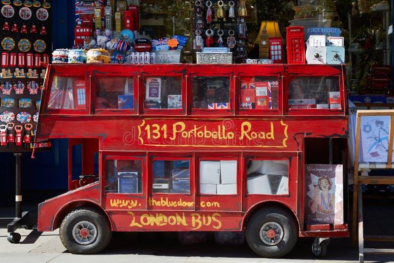 Portobello-Straßensouvenirladen mit rotem London-Bus lizenzfreies stockbild
