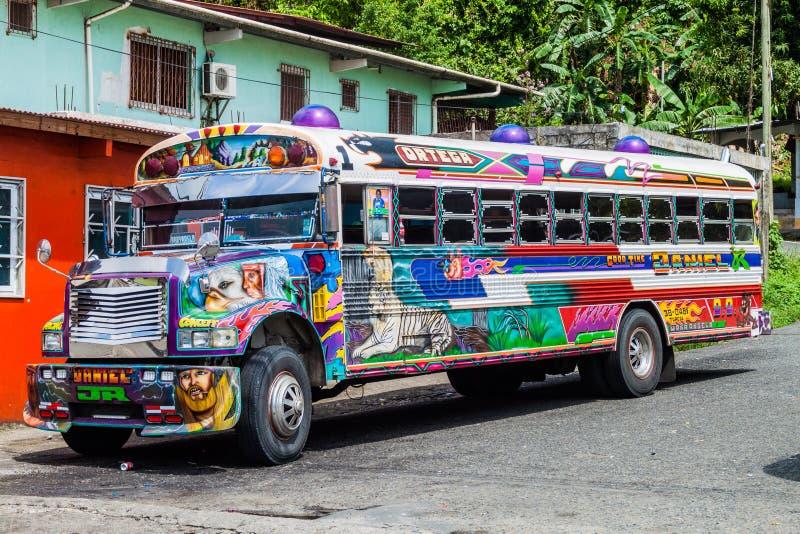 PORTOBELO, PANAMA - 28 MAGGIO 2016: Bus variopinto del pollo, precedente scuolabus degli Stati Uniti nel villaggio di Portobelo,  immagini stock libere da diritti