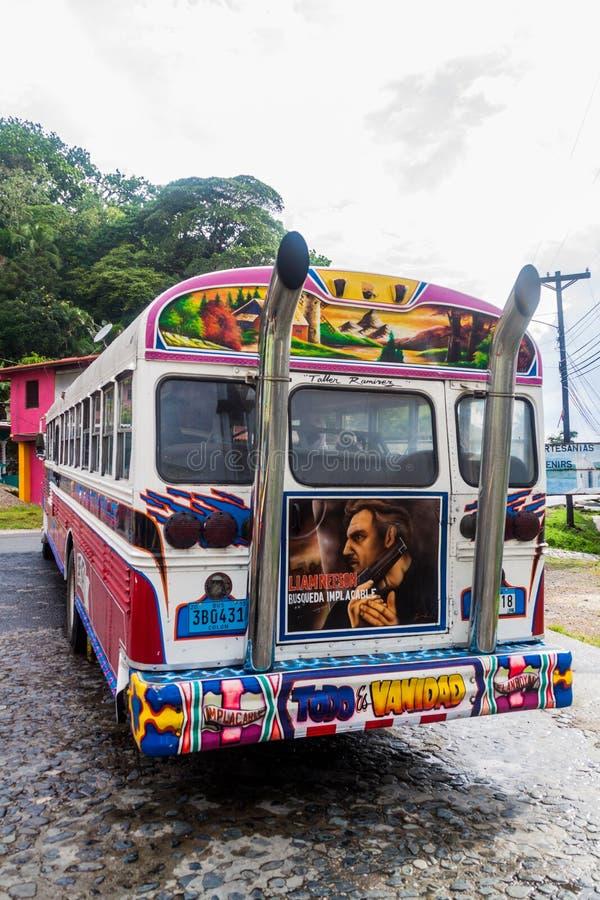 PORTOBELO, PANAMA - 28 MAI 2016 : Autobus coloré de poulet, ancien autobus scolaire des USA dans le village de Portobelo, Pana photo libre de droits