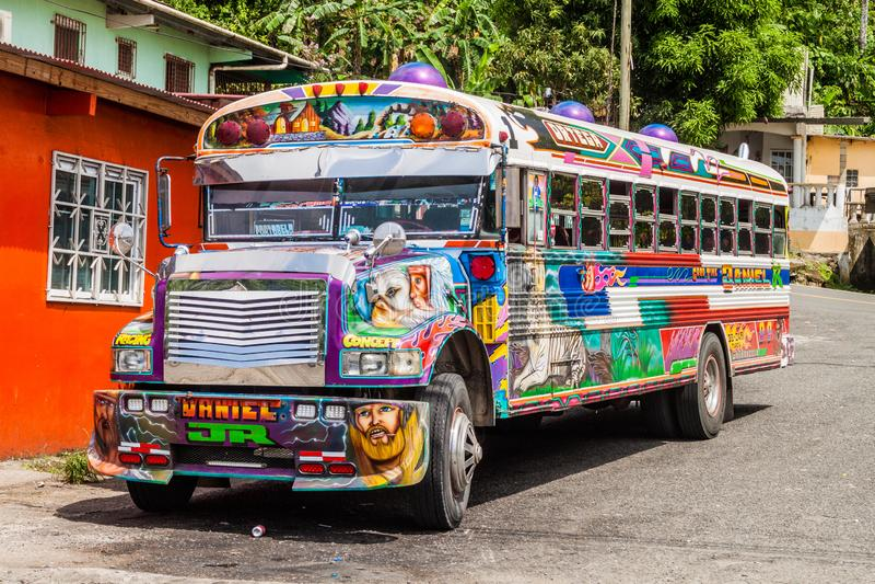 PORTOBELO, PANAMA - 28 MAI 2016 : Autobus coloré de poulet, ancien autobus scolaire des USA dans le village de Portobelo, Pana photographie stock libre de droits