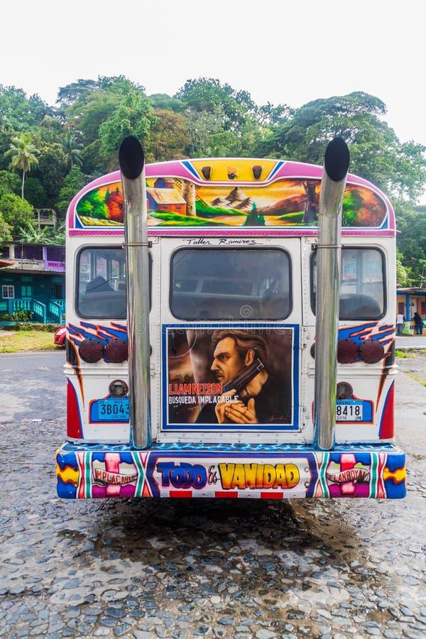 PORTOBELO, PANAMA - 28 MAI 2016 : Autobus coloré de poulet, ancien autobus scolaire des USA dans le village de Portobelo, Pana photos stock