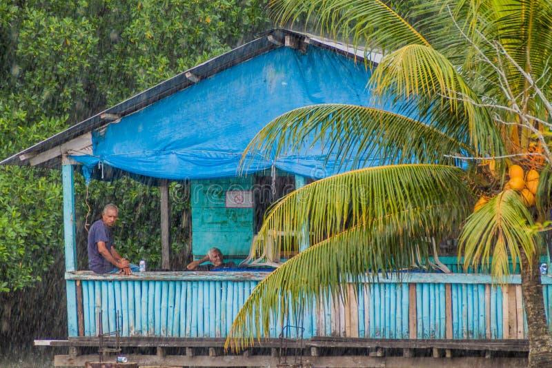 PORTOBELO, PANAMA - 28 MAI 2016 : Deux hommes locaux dans une maison côtière en bois dans le village de Portobelo, Pan Am image stock