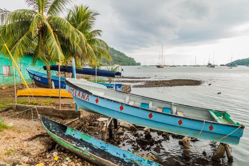PORTOBELO, PANAMA - 28. MAI 2016: Fischerboote in Portobelo-Dorf, Pana lizenzfreie stockbilder