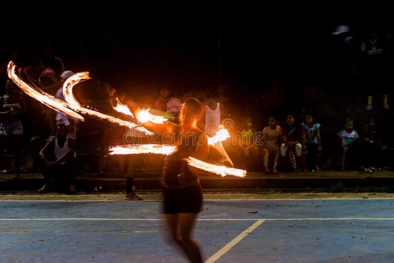 PORTOBELO, PANAMA - 28 MAI 2016 : La femme exécute une exposition du feu dans Portobelo, Pana images stock