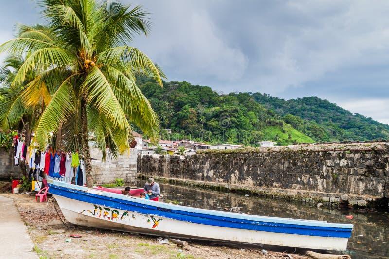 PORTOBELO, PANAMA - 28 MAI 2016 : Séchage de la blanchisserie et d'un bateau de pêche dans le village de Portobelo, Pana image stock