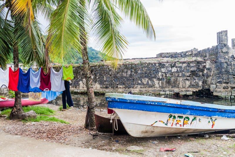 PORTOBELO, PANAMA - 28 MAI 2016 : Séchage de la blanchisserie et d'un bateau de pêche dans le village de Portobelo, Pana photos stock