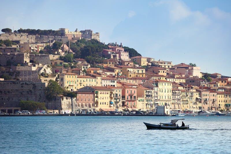 Portoferraio con el barco en la isla de Elba, Toscana imágenes de archivo libres de regalías
