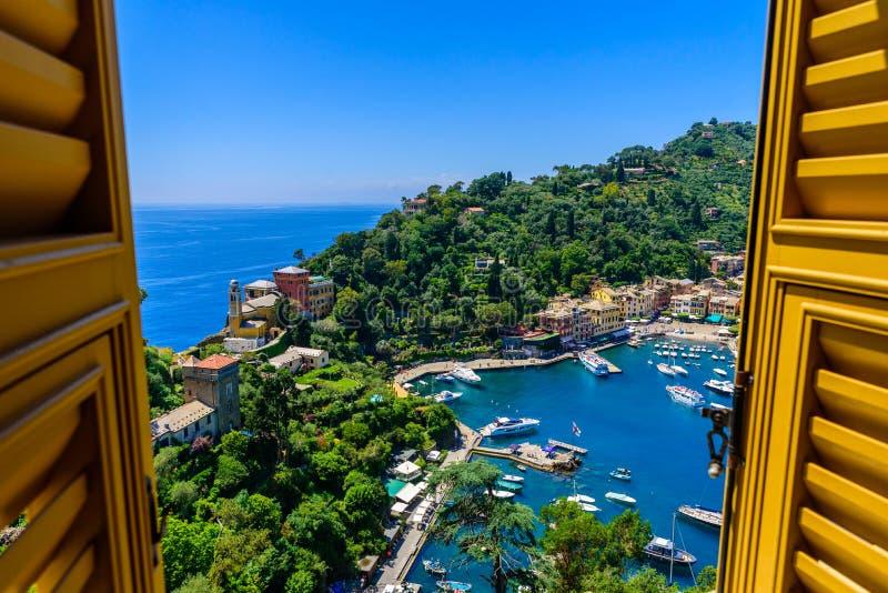 Portofino, Ιταλία - ζωηρόχρωμα σπίτια και γιοτ σε λίγο λιμάνι κόλπων Επαρχία της Λιγυρίας, Γένοβα, Ιταλία Ιταλικό ψαροχώρι με στοκ φωτογραφία