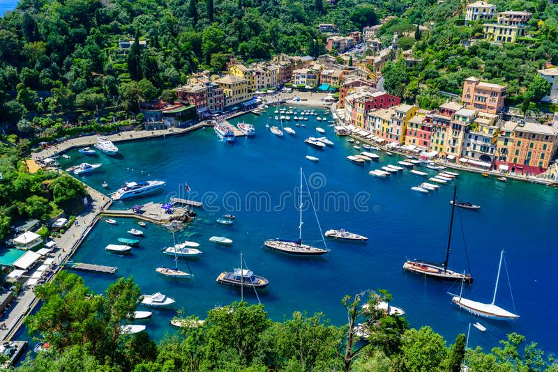 Portofino, Ιταλία - ζωηρόχρωμα σπίτια και γιοτ σε λίγο λιμάνι κόλπων Επαρχία της Λιγυρίας, Γένοβα, Ιταλία Ιταλικό ψαροχώρι με στοκ φωτογραφία με δικαίωμα ελεύθερης χρήσης