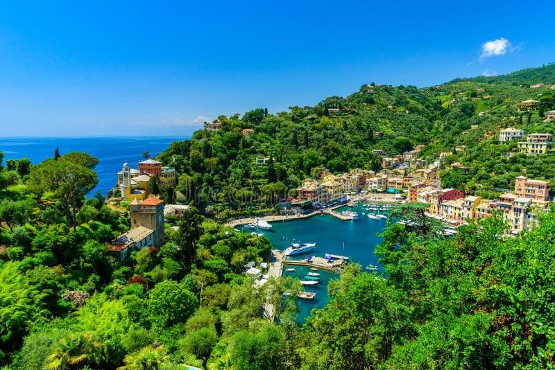Portofino, Ιταλία - ζωηρόχρωμα σπίτια και γιοτ σε λίγο λιμάνι κόλπων Επαρχία της Λιγυρίας, Γένοβα, Ιταλία Ιταλικό ψαροχώρι με στοκ εικόνα
