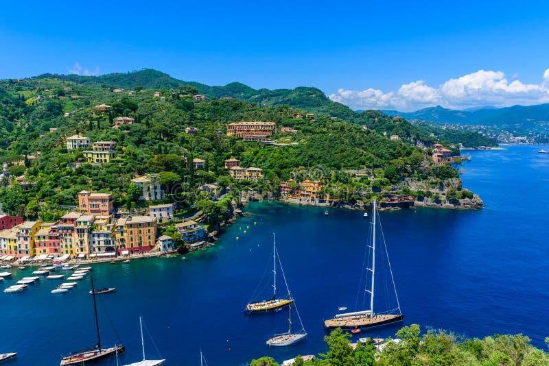Portofino, Ιταλία - ζωηρόχρωμα σπίτια και γιοτ σε λίγο λιμάνι κόλπων Επαρχία της Λιγυρίας, Γένοβα, Ιταλία Ιταλικό ψαροχώρι με στοκ εικόνα με δικαίωμα ελεύθερης χρήσης