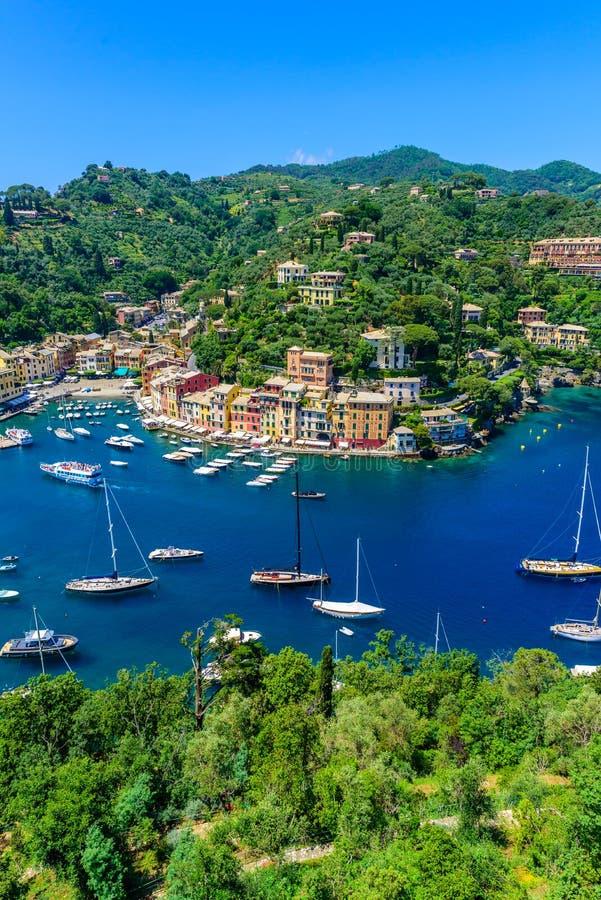 Portofino, Ιταλία - ζωηρόχρωμα σπίτια και γιοτ σε λίγο λιμάνι κόλπων Επαρχία της Λιγυρίας, Γένοβα, Ιταλία Ιταλικό ψαροχώρι με στοκ εικόνες με δικαίωμα ελεύθερης χρήσης