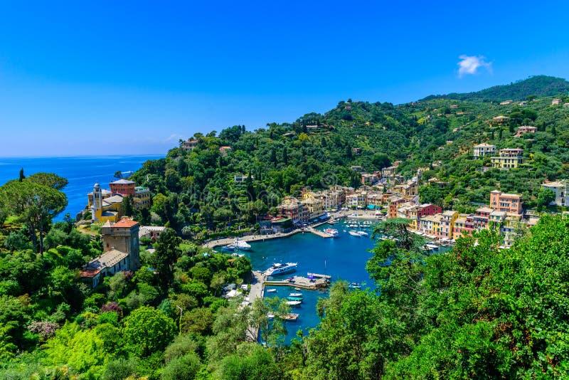 Portofino, Ιταλία - ζωηρόχρωμα σπίτια και γιοτ σε λίγο λιμάνι κόλπων Επαρχία της Λιγυρίας, Γένοβα, Ιταλία Ιταλικό ψαροχώρι με στοκ εικόνες