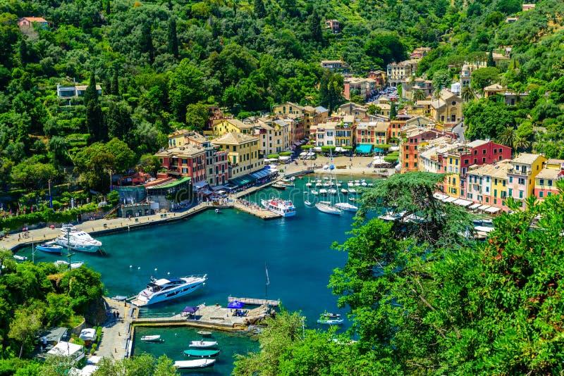 Portofino, Ιταλία - ζωηρόχρωμα σπίτια και γιοτ σε λίγο λιμάνι κόλπων Επαρχία της Λιγυρίας, Γένοβα, Ιταλία Ιταλικό ψαροχώρι με στοκ φωτογραφίες με δικαίωμα ελεύθερης χρήσης