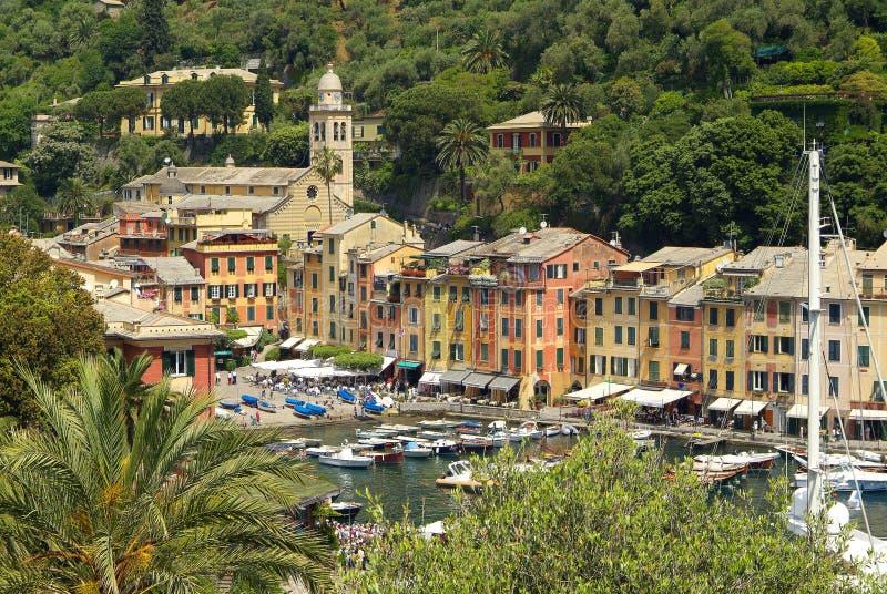Portofino hus med fartyg i förgrunden royaltyfri bild