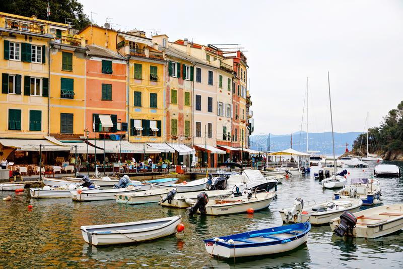 Portofino, Italië - April 20, 2019: CBeautiful klein dorp Portofino met colorfull binnen huizen, luxeboten en jachten stock foto's