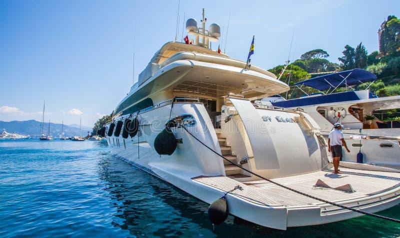Portofino, Italien: Luxuxboot lizenzfreie stockfotos