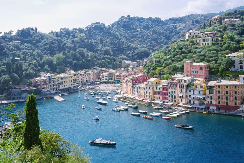 Portofino, Ligurië, Italië: 09 augustus 2018 Beste toeristische Mediterrane plaats met kleurrijk huizen, vissersboten en luxejach royalty-vrije stock afbeelding