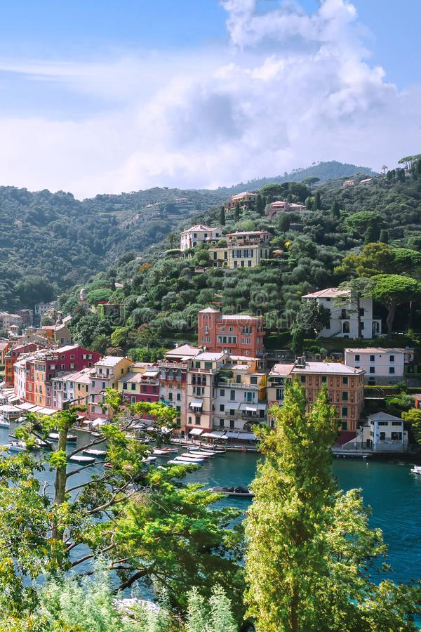 Portofino Liguria, Italien: 09 augusti 2018 B?sta touristic medelhavs- st?lle med f?rgrika hus, fiskeb?tar och den lyxiga yachten royaltyfri bild