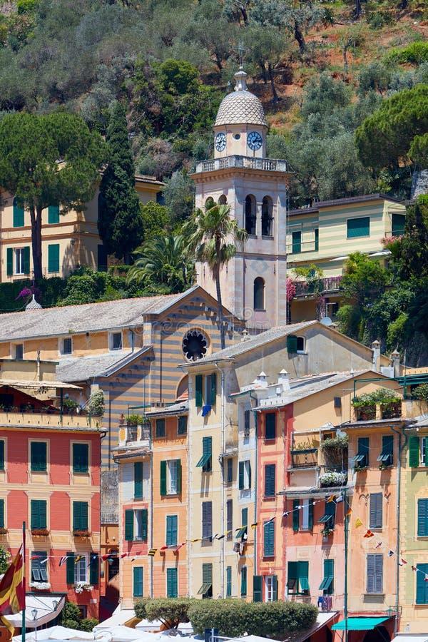 Portofino wioska z kolorowymi domami i Divo Martino kościół zdjęcie royalty free