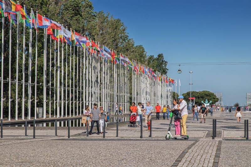 PORTOGALLO/LISBONA - 5 MAGGIO 2019 - Gente che cammina nel parco delle nazioni di Lisbona, Portogallo fotografie stock libere da diritti