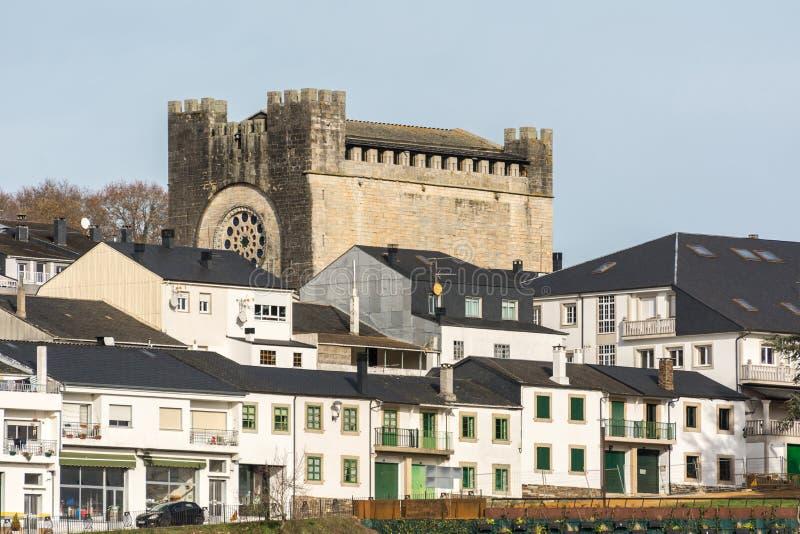 Portomarin e a igreja do ¡ s de San NicolÃ, lugar principal do Camino de Santiago na Espanha de Lugo foto de stock