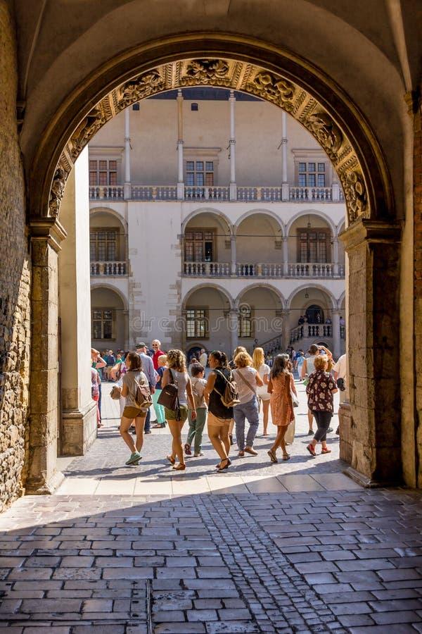 Portone al castello reale Cracovia Polonia di Wawel del cortile di rinascita fotografie stock