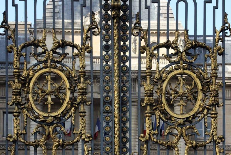 Portone al palazzo della giustizia a Parigi fotografia stock