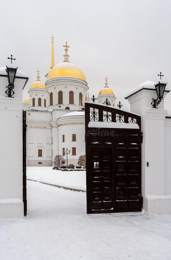 Portone aperto al tempio nel giorno di inverno nevoso Tempio ortodosso Novo immagini stock