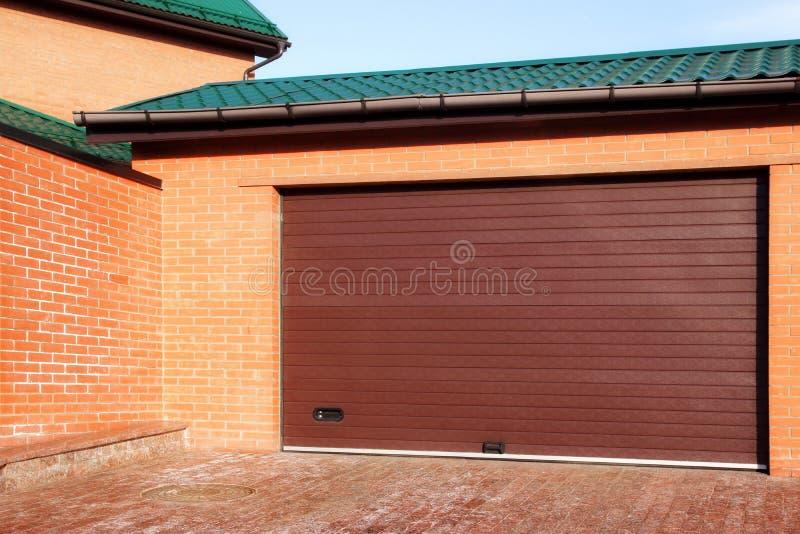 Portone automatico del garage e singola Camera rossa, XXXL fotografie stock libere da diritti