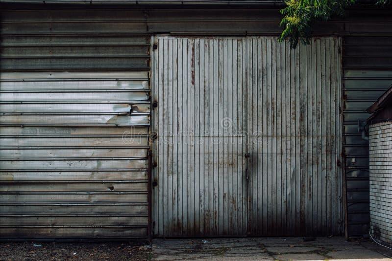 Portone bloccato del vecchio magazzino industriale fotografia stock libera da diritti