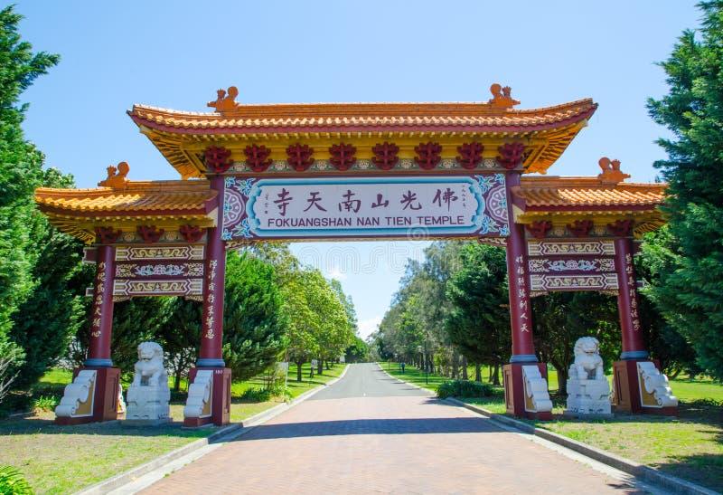Portone cinese all'entrata del tempio delle FO Guang Shan Nan tien a Berkeley, Nuovo Galles del Sud fotografie stock libere da diritti