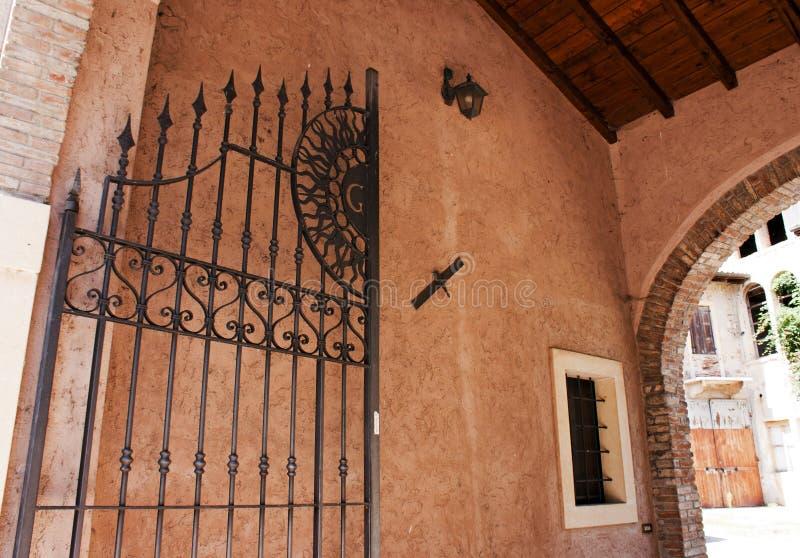 Portone decorativo in Borghetto, Italia immagini stock