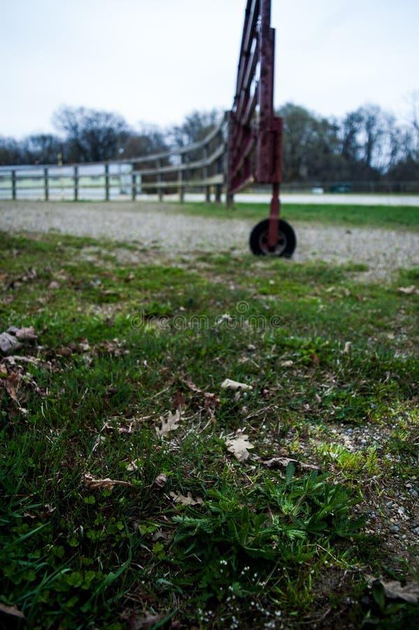 Portone del cavallo con il granaio di cavallo verde nel fondo immagine stock