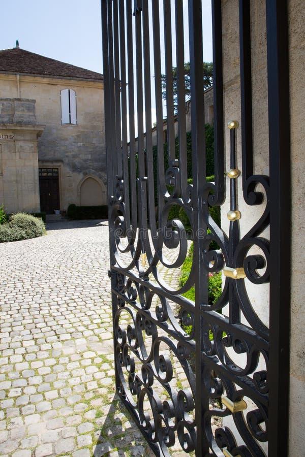 Portone del ferro battuto elaborato per una bella proprietà del vino in Bordeaux Francia fotografia stock