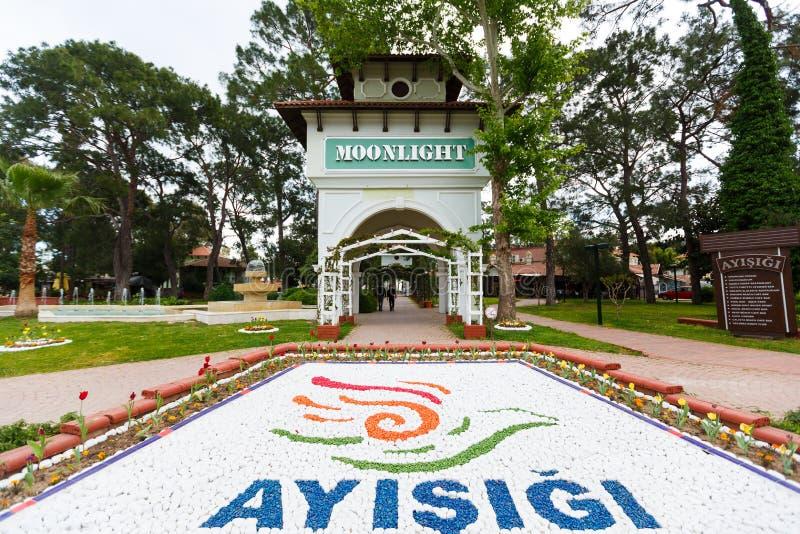 Download Portone Del Parco Di Luce Della Luna In Kemer, Turchia Fotografia Editoriale - Immagine di legno, flowerbed: 56891486