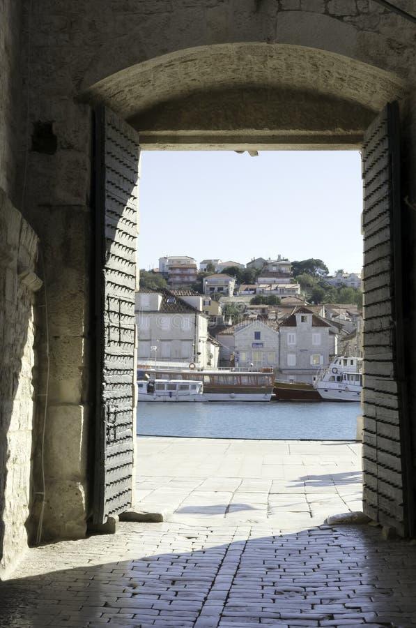 Portone del sud della città di vecchia città di Traù in Croazia immagine stock